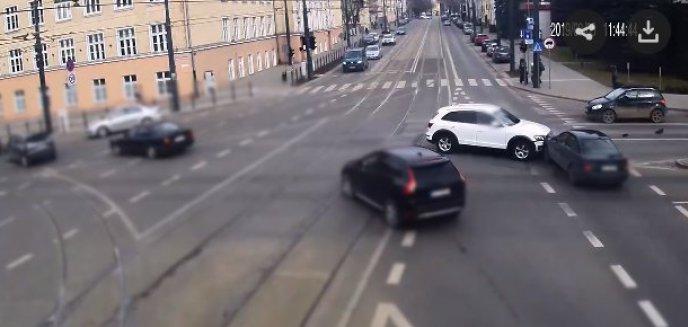 Olsztyńscy kierowcy wciąż mają problem na kolizyjnych lewoskrętach. Policja publikuje nagranie [WIDEO]