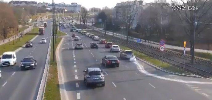Artykuł: ''Sprawa nie jest łatwa''. Jechał ulicami Olsztyna ciągnąc... worek z gruzem [WIDEO]
