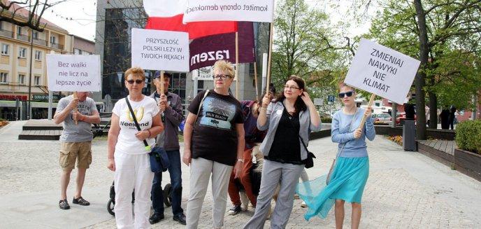 Artykuł: Garstka osób pikietowała w ważnej sprawie w centrum Olsztyna [ZDJĘCIA]