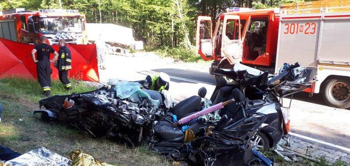 Artykuł: Śmiertelny wypadek na trasie Olsztyn-Ostróda. Nie żyje starsze małżeństwo [ZDJĘCIA]