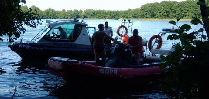 Artykuł: Bohaterska postawa policyjnego wywiadowcy. Uratował życie mężczyźnie, który wywrócił się na skuterze wodnym na Ukielu