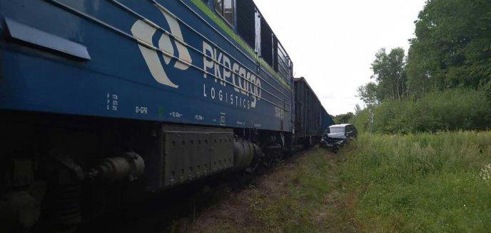 Artykuł: Wypadek na przejeździe kolejowym w Bukwałdzie. Kobieta wjechała pod pociąg towarowy