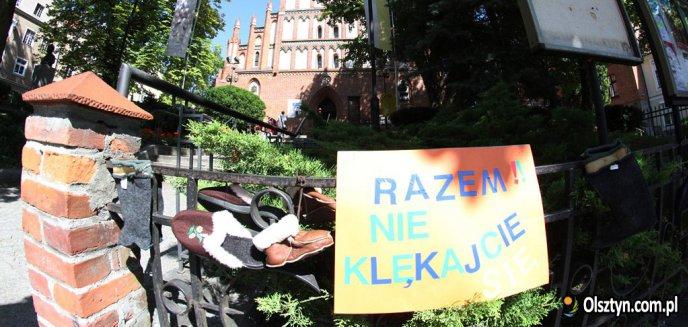 ''Baby Shoes Remember''. Przeciw pedofilii pod olsztyńską katedrą [ZDJĘCIA]