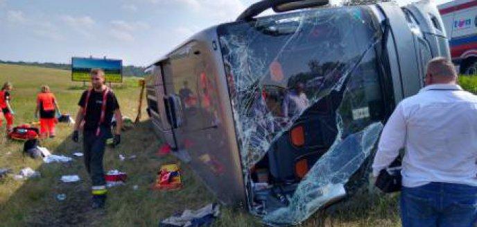 Artykuł: Poważny wypadek pod Olsztynem. Autobus jadący na pielgrzymkę i dwa auta osobowe w rowie [ZDJĘCIA]