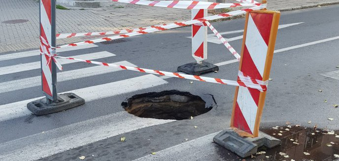 Głęboka dziura w nawierzchni na ul. Niedziałkowskiego na Zatorzu. Kiedy naprawa?