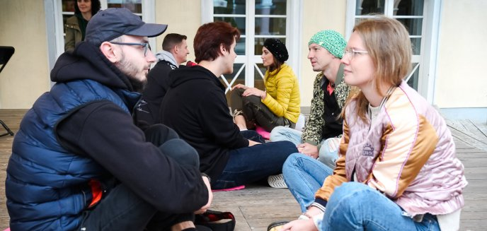 Artykuł: Podzielili się jedną minutą z nieznajomymi, aby odbudować więzi międzyludzkie [ZDJĘCIA]