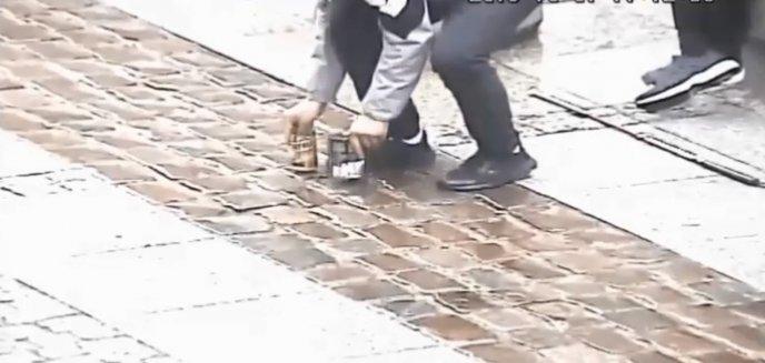 Ludzka bezczelność nie zna granic! Okradł niewidomego grajka na olsztyńskiej starówce [WIDEO]