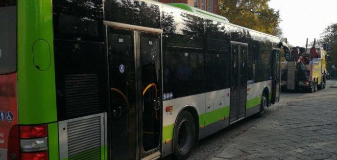 Artykuł: W centrum Olsztyna, po gwałtownym hamowaniu autobusu, zmarł 86-letni mężczyzna