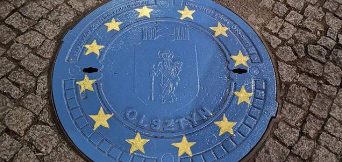 Artykuł: Akt wandalizmu czy ważny przekaz? Pokrywy studzienek przy starówce w barwach Unii Europejskiej [AKTUALIZACJA]