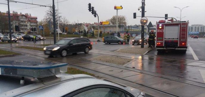 Artykuł: Nastolatka wbiegła na przejście na czerwonym świetle wprost pod jadące auto