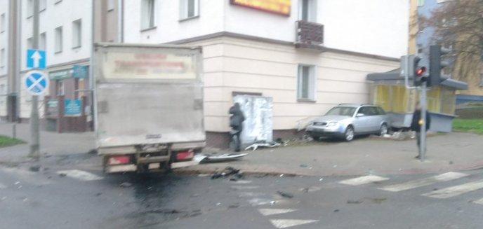 Artykuł: Groźne zderzenie aut na skrzyżowaniu ul. Kołobrzeskiej z Dworcową. Uszkodzony budynek i kiosk [WIDEO]