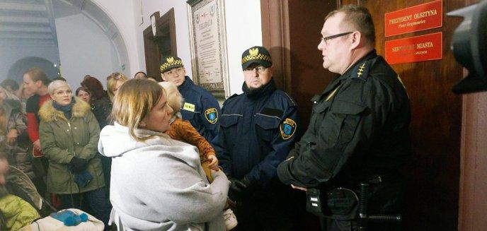 Artykuł: ''Wyjdź do nas, prezydencie'' – wołały pod ratuszem kobiety protestujące przeciw obcięciu dotacji na żłobki [WIDEO]