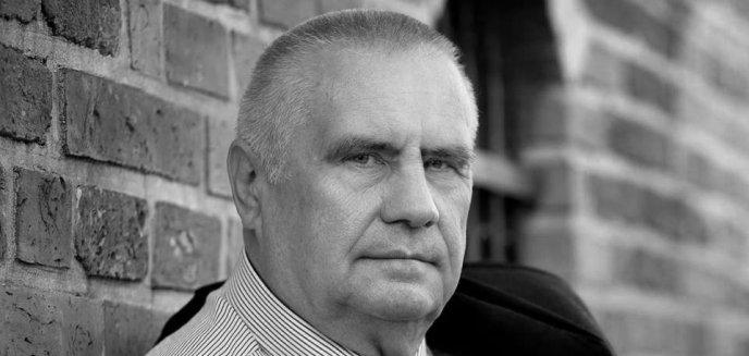 Artykuł: Pogrzeb Janusza Dzięcioła. Zwycięzca ''Big Brothera'' spoczął na cmentarzu w Gutkowie