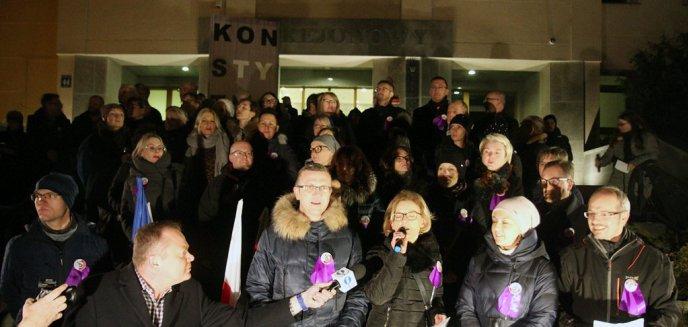 Artykuł: Kilkaset osób na proteście w Olsztynie w obronie niezależnych sądów [ZDJĘCIA]