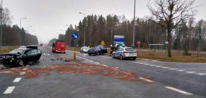 Groźne zdarzenie na trasie Olsztyn-Dobre Miasto. Dwie osoby w szpitalu