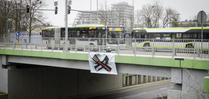 Artykuł: ''Dziś sędziowie - jutro Ty''. Na ulicach Olsztyna pojawiły się bannery wyrażające sprzeciw wobec zmian w sądownictwie