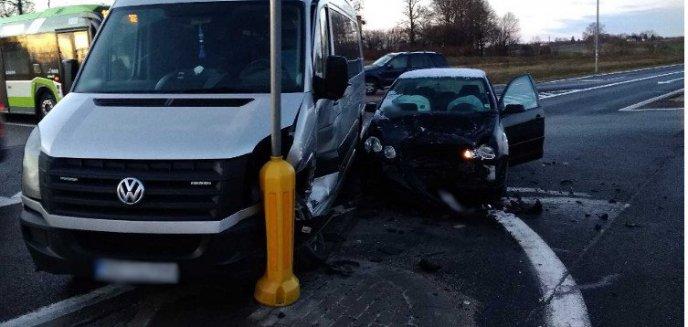 Bus zderzył się z autem osobowym na DK16