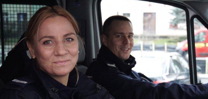 Artykuł: Policjanci uratowali niepełnosprawne osoby z płonącego busa