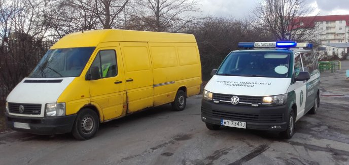Bus z pękniętą szybką, a kierowca ''na zakazie''. Wpadł w centrum Olsztyna