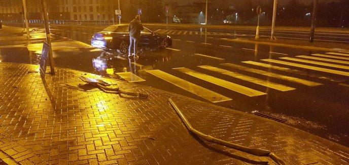 Mercedesem staranował trzy znaki drogowe przy Szpitalu Miejskim w Olsztynie [ZDJĘCIA]