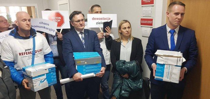 Artykuł: Organizatorzy akcji referendalnej złożyli podpisy na ręce komisarza wyborczego [ZDJĘCIA]