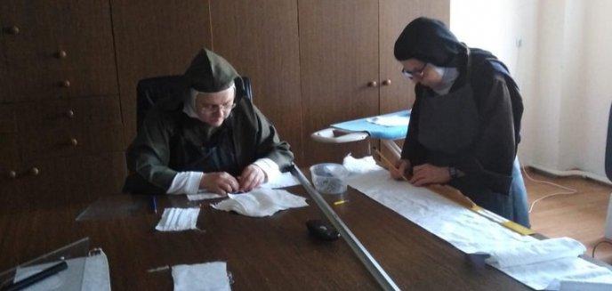 Koronawirus. Siostry karmelitanki bose z zakonu pod Olsztynem szyją maseczki