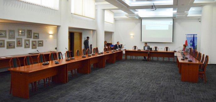 Wyjątkowa sesja rady powiatu. Na sali pustki, są dodatkowe środki na walkę z koronawirusem