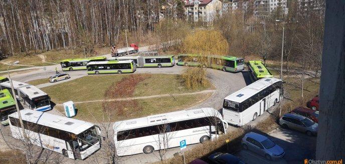 Artykuł: Kilkanaście autobusów stało na pieczewskiej pętli. Czytelnicy pytają, czy chodzi o ewakuację