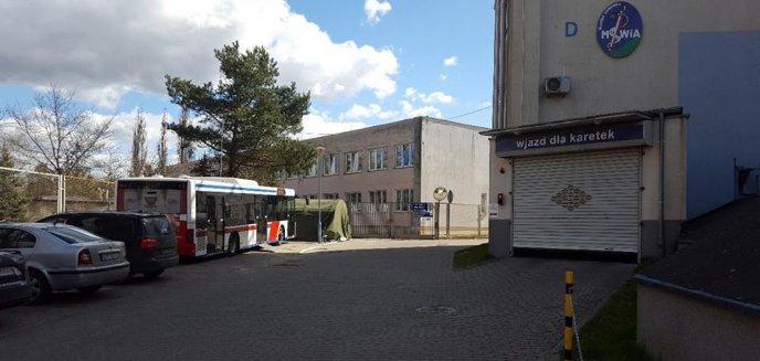 Koronawirus. Na parkingu polikliniki w Olsztynie stanęła oryginalna poczekalnia