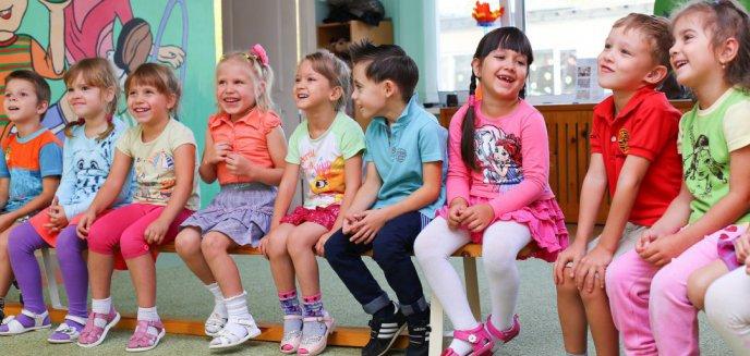 Artykuł: W Olsztynie żłobki i przedszkola dalej zamknięte. Czy rodzicom nadal przysługuje zasiłek?
