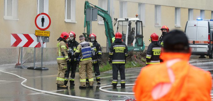 Artykuł: Awaria na ul. Jagiellońskiej w Olsztynie. Operator koparki uszkodził rurę z gazem [ZDJĘCIA]