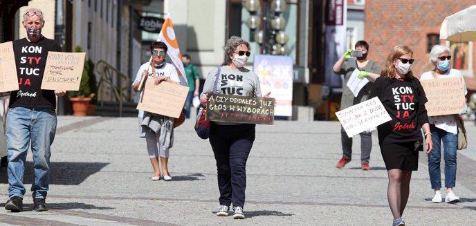 Artykuł: ''To farsa wyborcza!''. KOD protestował na olsztyńskiej starówce [ZDJĘCIA]