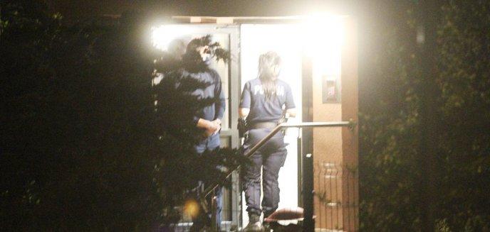Artykuł: Nocna akcja służb na ulicy Kołobrzeskiej w Olsztynie. Młody mężczyzna chciał sobie podciąć żyły? [ZDJĘCIA]