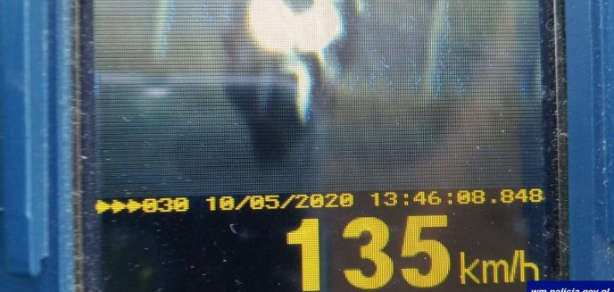 Artykuł: 35-latek pędził ul. Sielską z prędkością 135 km/h. Inny kierowca pobił policjanta