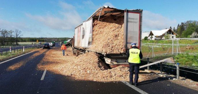Artykuł: Zderzenie ciężarówek na obwodnicy Olsztyna. Na jezdnię wysypały się trociny
