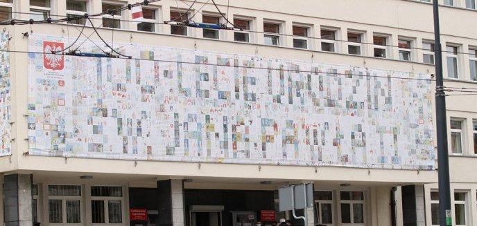 Artykuł: Nowy baner na Urzędzie Wojewódzkim w Olsztynie. Ponad 1300 dzieci upamiętniło św. Jana Pawła II [ZDJĘCIA]