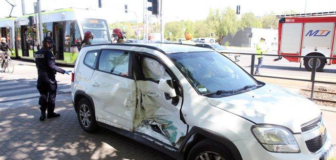 Artykuł: Chevrolet zderzył się z tramwajem na al. Sikorskiego w Olsztynie. Kobieta wjechała na czerwonym świetle [ZDJĘCIA][AKTUALIZACJA]