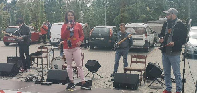 Artykuł: Niezwykłe wydarzenie na parkingu przed szpitalem dziecięcym w Olsztynie [ZDJĘCIA, WIDEO]
