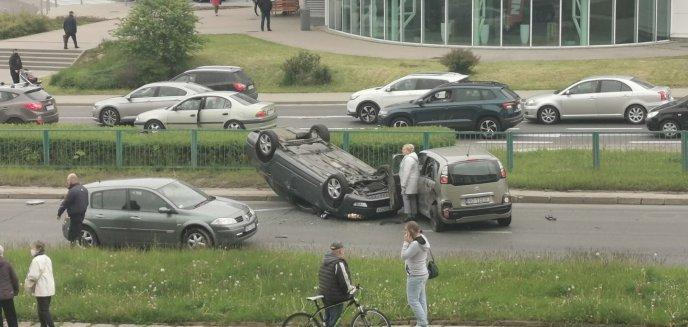 Artykuł: Groźne zdarzenie na ul. Krasickiego w Olsztynie. Jedno auto dachowało [WIDEO]