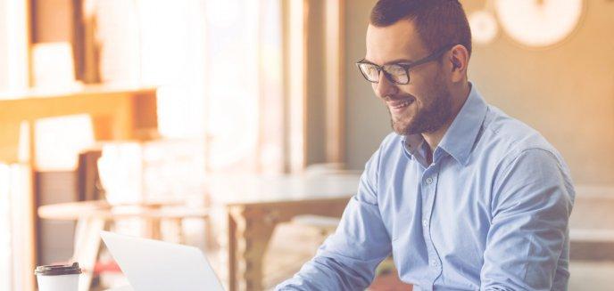 Artykuł: Jak wybrać elegancką koszulę na videocall z zarządem?