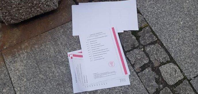 Artykuł: Porozrzucane karty wyborcze na starówce w Olsztynie. Wiemy, co się stało!