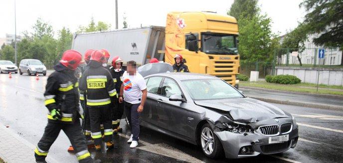 Kolizja trzech aut i ciężarówki na ruchliwym skrzyżowaniu w Olsztynie [ZDJĘCIA]