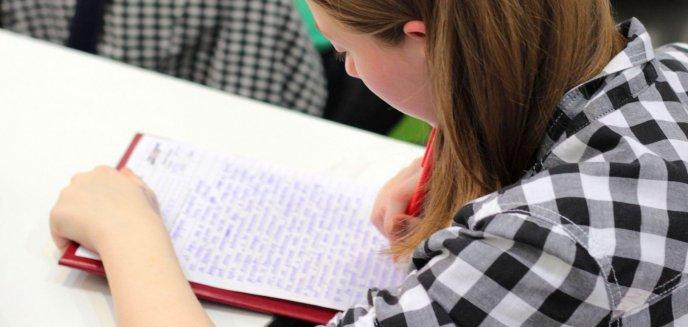 Artykuł: Ósmoklasiści piszą egzaminy. Dziś język polski