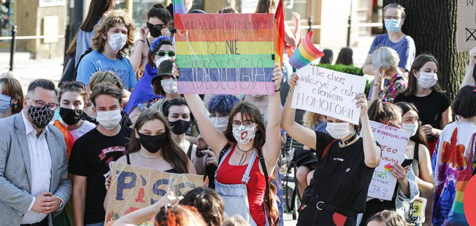 Artykuł: Tęczowo pod ratuszem. Duża grupa wsparcia na demonstracji przeciw dyskryminacji [ZDJĘCIA]