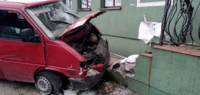 Artykuł: Niebezpiecznie na drogach regionu. W powiecie iławskim bus uderzył w dom, pod Bartoszycami zginął kierowca [ZDJĘCIA]