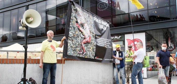Artykuł: Banner ze zwłokami nienarodzonych dzieci prezentowali w centrum Olsztyna [ZDJĘCIA]