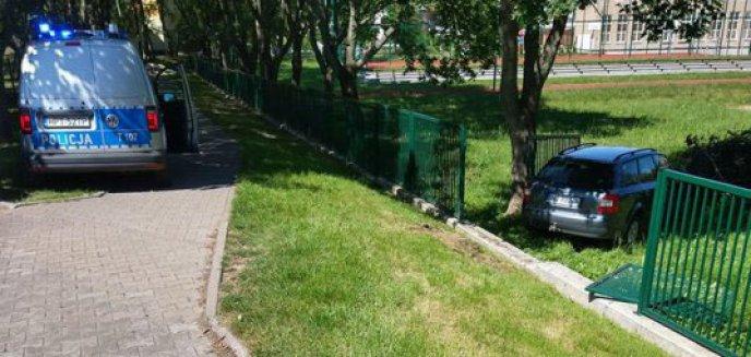Artykuł: Osiedle Kętrzyńskiego. Samochód bez kierowcy ruszył, staranował barierkę i zatrzymał się na drzewie