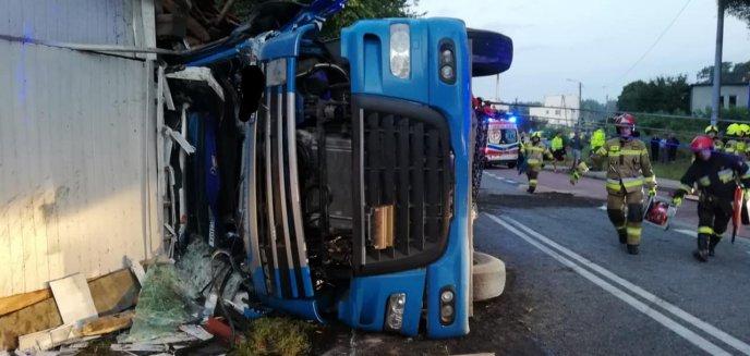 Artykuł: Ciężarówka przewożąca przęsła mostów wywróciła się na DK-58. Pojazd uderzył w dom [ZDJĘCIA]