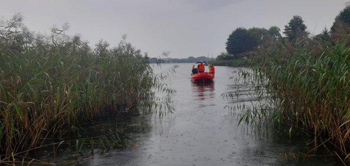 Artykuł: Gmina Stawiguda. Wywrócona żaglówka na jeziorze Wulpińskim. Kilka osób w wodzie