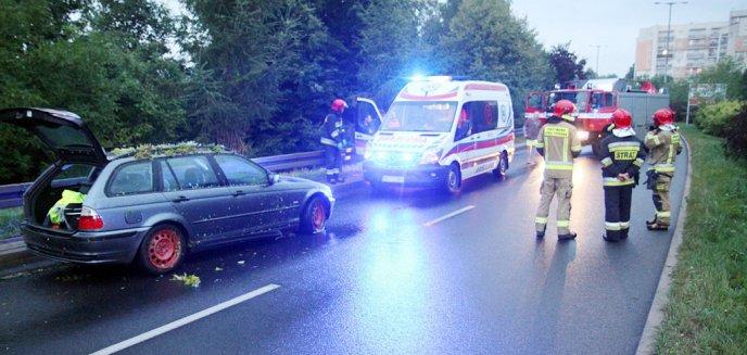 Artykuł: Młody kierowca BMW uderzył w barierki na ulicy Synów Pułku w Olsztynie [ZDJĘCIA]